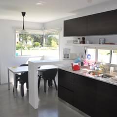 CASA M - Estudio Fernandez+Mego: Cocinas de estilo minimalista por Estudio Fernández+Mego