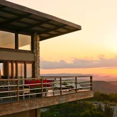 Balcones y terrazas de estilo rural de Duo Arquitetura Rural Madera Acabado en madera