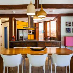 Casa Caiçara: Salas de jantar coloniais por RAC ARQUITETURA