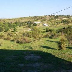 Casa de campo ubicada en barrio semi cerrado en la localidad de Tanti : Jardines de estilo  por Liliana almada Propiedades