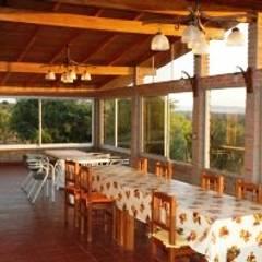 Casa de campo ubicada en barrio semi cerrado en la localidad de Tanti : Jardines de invierno de estilo  por Liliana almada Propiedades