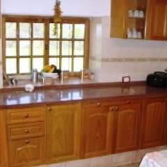 Casa de campo ubicada en barrio semi cerrado en la localidad de Tanti : Cocinas de estilo  por Liliana almada Propiedades,Rústico
