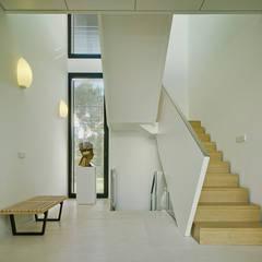 Corridor & hallway by Aguilar Arquitectos, Mediterranean