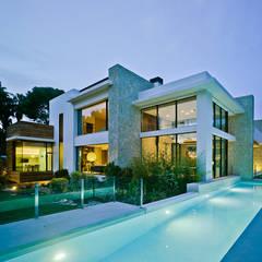 Albercas de estilo  por Aguilar Arquitectos