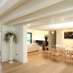 Villa Sacchetta: Sala da pranzo in stile  di VALERI.ZOIA Architetti Associati