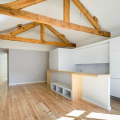 Taipas_1: Salas de estar  por XYZ Arquitectos Associados