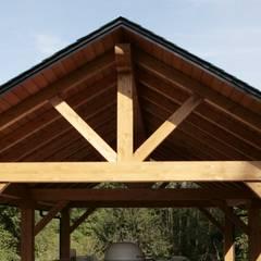 Porche en madera de pino laminado: Jardines de estilo  de Almacén de Carpintería Gómez