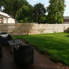 Terrasse bois, salon de jardin et claustra: Jardin de style  par Constans Paysage