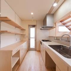 土佐木材、土佐漆喰で建てた気持ち良い家: エニシ建築設計事務所が手掛けたキッチンです。