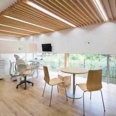 わかば歯科クリニック: Studio R1 Architects Officeが手掛けた壁です。,