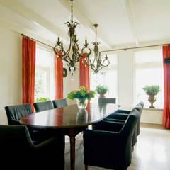 Vrijstaande villa :  Eetkamer door Atelier09