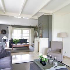 Vrijstaande villa :  Woonkamer door Atelier09