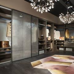 Begehbarer Kleiderschrank mit Glastüren: moderne Schlafzimmer von Livarea