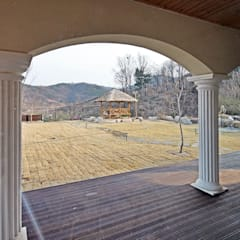 나만의 소중한 스토리가 담겨있는 대저택 (상주 송지리 주택): 윤성하우징의  정원,지중해