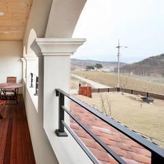 나만의 소중한 스토리가 담겨있는 대저택 (상주 송지리 주택): 윤성하우징의  베란다