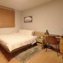 Dormitorios de estilo  por 윤성하우징