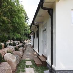자연 속 힐링의 공간(원주 성남리 주택): 윤성하우징의  정원,지중해