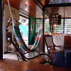 Area social de la casa (sala estar y cocina): Salas / recibidores de estilo  por YUSO