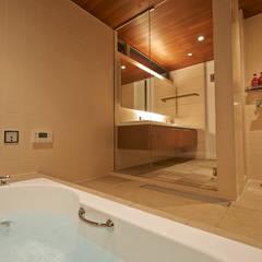 富士を望む家: 佐賀高橋設計室/SAGA + TAKAHASHI architects studioが手掛けた浴室です。