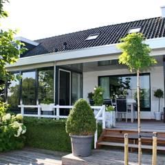 Landelijke eigentijdse woning:  Huizen door Brand BBA I BBA Architecten