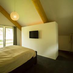 Inloopkast in slaapkamer : rustieke & brocante Slaapkamer door STUDIO = architectuur