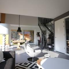 Woning te Nijverdal:  Woonkamer door STUDIO = architectuur