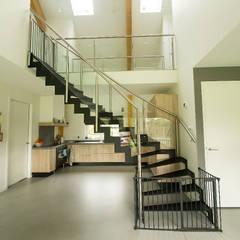 Woning te Nijverdal:  Eetkamer door STUDIO = architectuur