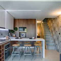 Casa de Praia : Cozinhas  por Santiago | Interior Design Studio