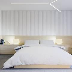 Minimalistyczne duńskie wnętrze: styl , w kategorii Sypialnia zaprojektowany przez NUKO STUDIO