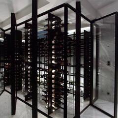 """Espace vin sur tiges métalliques """"Gravity"""" - Bruxelles 2015: Cave à vin de style de style Moderne par Degré 12"""