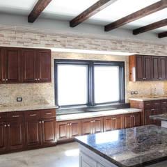 Muro de piedra y cantera con spots de luz y granito en muro: Cocinas de estilo clásico por H-abitat Diseño & Interiores