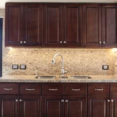 Cubierta y muro de granito en área de fregadero: Cocinas de estilo clásico por H-abitat Diseño & Interiores