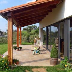 Vivienda en Callobre: Terrazas de estilo  de AD+ arquitectura