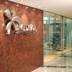 MEDKAR Spa: Centros comerciales de estilo  por Objetos DAC