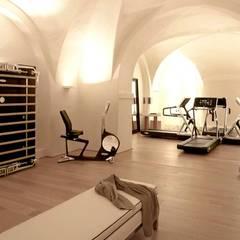 Salle de sport à domicile: Salle de sport de style  par Athletica Design