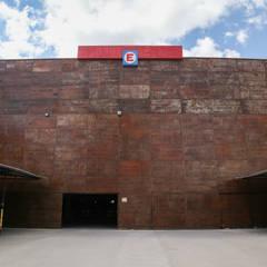 COCHERA: Galerías y espacios comerciales de estilo  por CITTADINO
