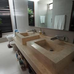 Bathroom by AIDA TRACONIS ARQUITECTOS EN MERIDA YUCATAN MEXICO, Modern