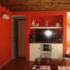 Area de TV: Salas multimedia de estilo ecléctico por Arq Andrea Mei   - C O M E I -