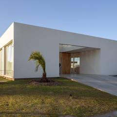 PERSPECTIVA DE FACHADA SUR: Casas de estilo minimalista por VISMARACORSI ARQUITECTOS