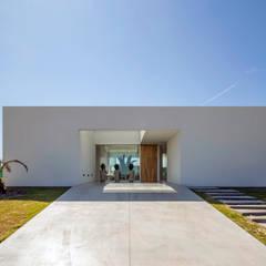 FACHADA SUR DE DÍA: Casas de estilo minimalista por VISMARACORSI ARQUITECTOS