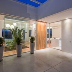 INGRESO PRINCIPAL: Casas de estilo minimalista por VISMARACORSI ARQUITECTOS
