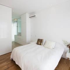 DORMITORIO EN SUITE: Dormitorios de estilo minimalista por VISMARACORSI ARQUITECTOS