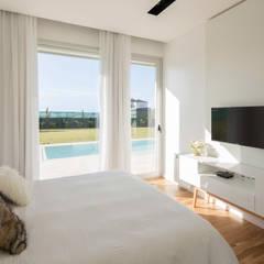 DORMITORIO EN SUITE CON VISTAS AL JARDIN: Dormitorios de estilo  por VISMARACORSI ARQUITECTOS