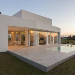 PERSPECTIVA DE FACHADA NORTE: Casas de estilo  por VISMARACORSI ARQUITECTOS