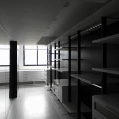 Pent House en Res. Vald'osta: Closets de estilo  por BLUE POLYGON C.A.
