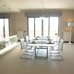 pranzo: Sala da pranzo in stile  di Alfonso D'errico Architetto