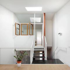 51PIA Reforma de casa entre medianeras al Centro de Sabadell: Estudios y despachos de estilo  de Vallribera Arquitectes