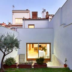 51PIA Reforma de casa entre medianeras al Centro de Sabadell: Casas de estilo  de Vallribera Arquitectes