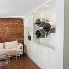 UCA spa: Complessi per uffici in stile  di Alessandra Scarfò Design