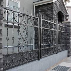 ロートアイアン製エクステリアフェンス: 株式会社ディオが手掛けた家です。,コロニアル 鉄/鋼